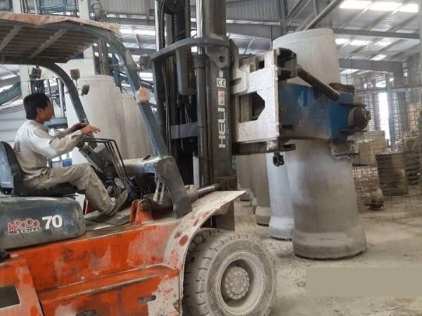 Xe nâng kẹp ống cống bê tông tròn