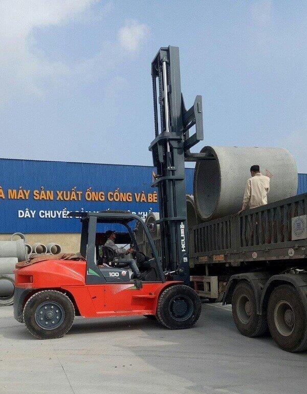 xe nâng 10 tấn nâng ống cống bê tông lên xe tải