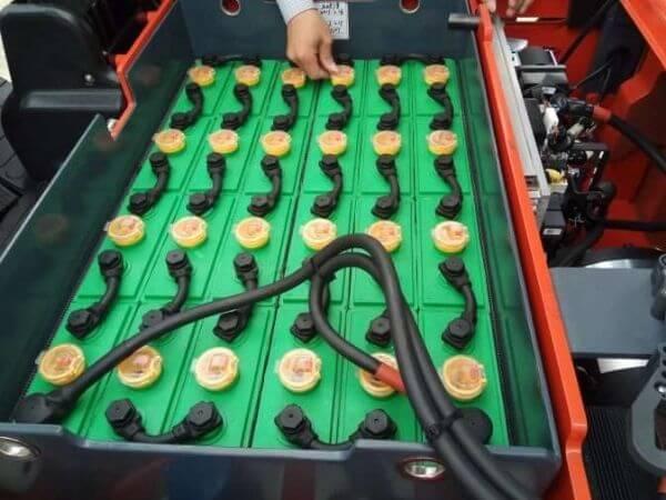 Pin chì axit trên xe nâng heli
